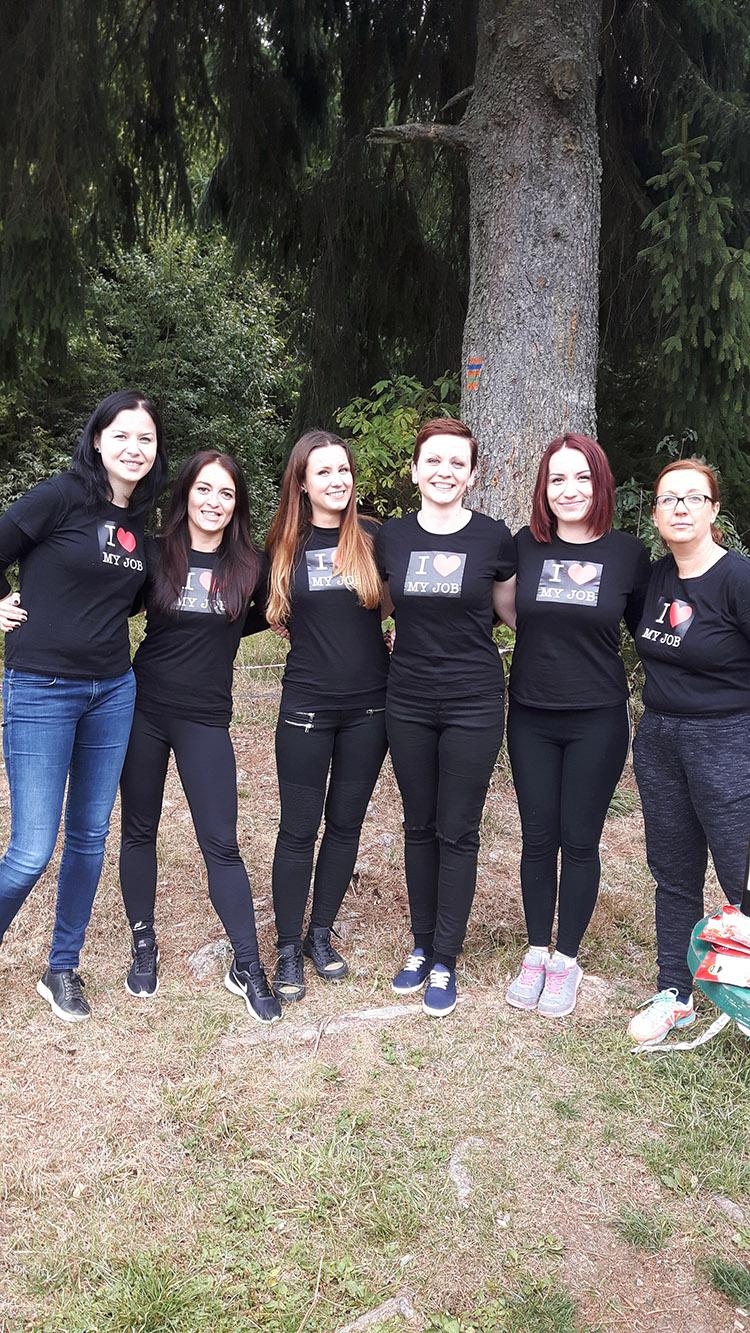Kristína Šopoňová (druhá zľava) príde na iné myšlienky vďaka priateľom.